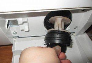 пералнята бръмчи при източване