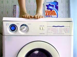 Пералнята скача или вибрира по време на цикъла на въртене.