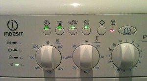 Всички индикатори на пералнята мигат