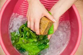 ръчно измиване със сапун за пране