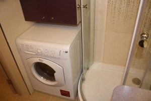 Bagaimana untuk meletakkan mesin basuh di bilik mandi