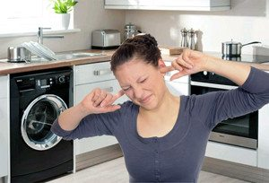 Защо пералнята бръмчи или свирка при миене?