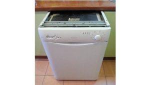 Kako ukloniti poklopac iz perilice posuđa?
