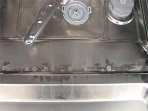 Bijeli premaz na posudama i u perilici posuđa