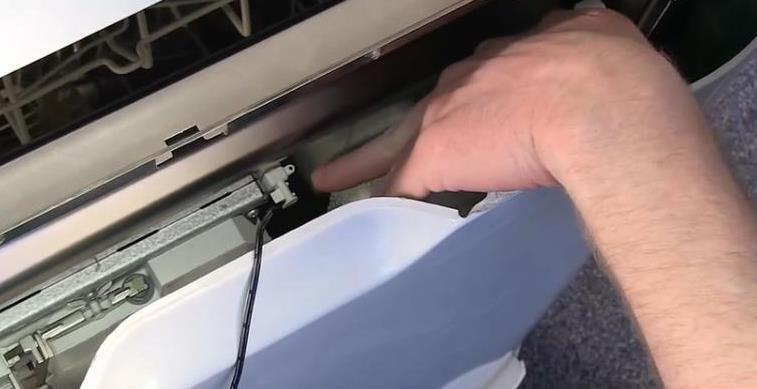 az Indesit mosogatógép vezérlőmoduljának cseréje
