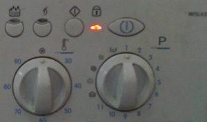На пералната машина индикаторът за ключ или заключване е включен