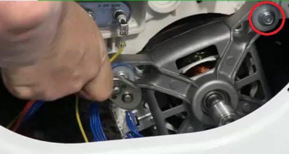 развийте болтовете, придържащи двигателя