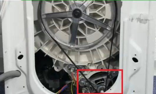 двигателят може да се достигне чрез сервизния люк