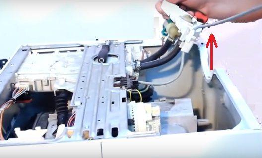 премахнете пластмасовия монтаж за клапана и дюзите