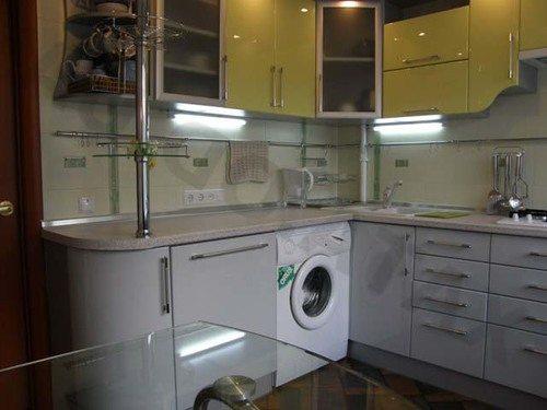 Mosógép a konyhában a munkalap alatt