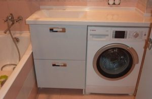 ריהוט למכונת כביסה בחדר האמבטיה