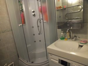 חדר אמבטיה בחרושצ'וב עם מכונת כביסה
