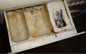 почистване на тавата на пералнята