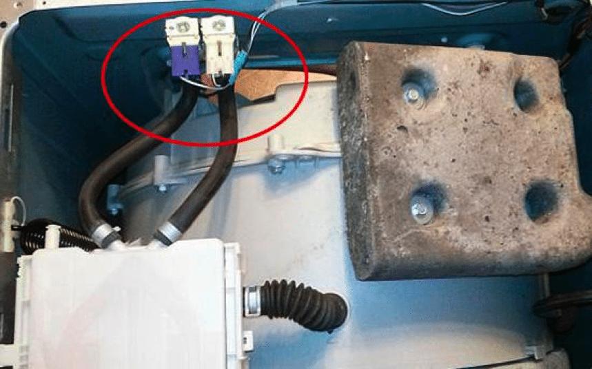 поставяне на входящия клапан в корпуса на пералнята