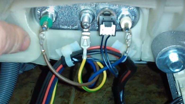 Снимаме подредбата на проводниците върху нагревателния елемент на пералнята Ariston