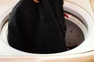 Как да перете черни дрехи в пералня