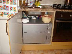 компактна миялна машина в малка кухня