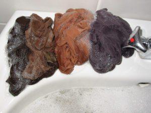 предварително разтрийте чорапогащите със сапун и оставете