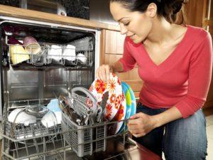 A mosogatógép marad az edényeken a mosogatógép után