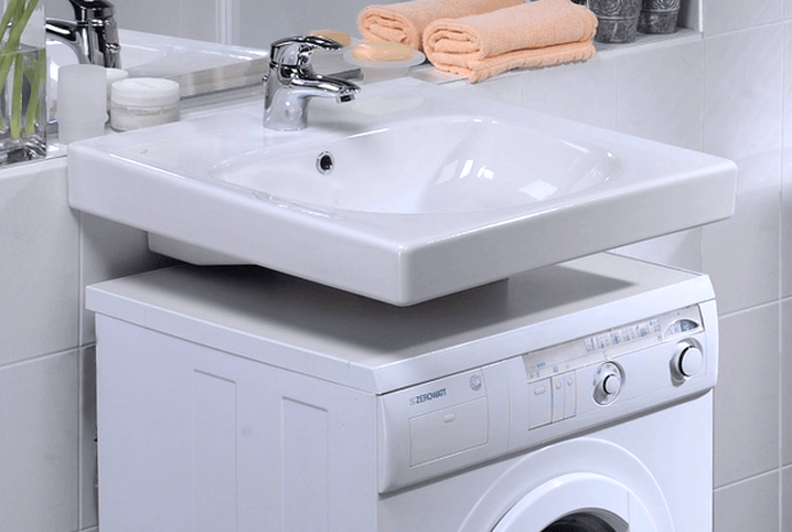 Mosogató oldalsó lefolyóval a mosógép alatt