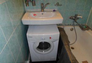 Mesin basuh gula-gula di bawah sink