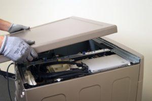 Az LG mosógép fedelének eltávolítása