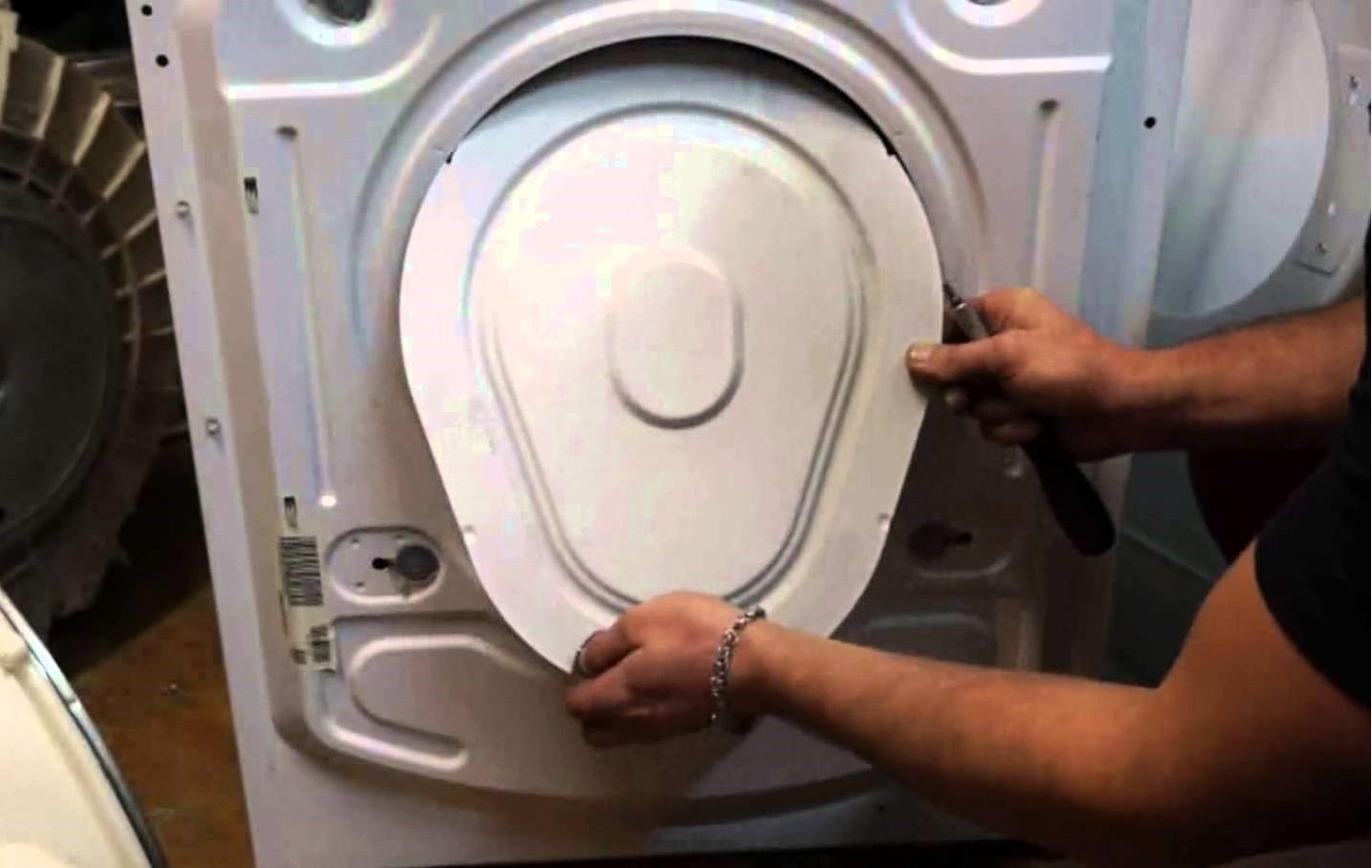 הסר את הקיר האחורי של מכונת הכביסה בקאנדי
