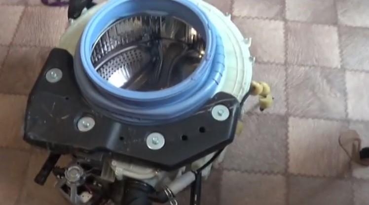 izvadite rezervoar s bubnjem i odvrnite vijke