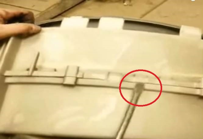 прекъснете крепежните елементи, свързващи двете половини на резервоара