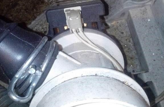 otkopčavamo cijev i uklanjamo priključke iz odvodne pumpe