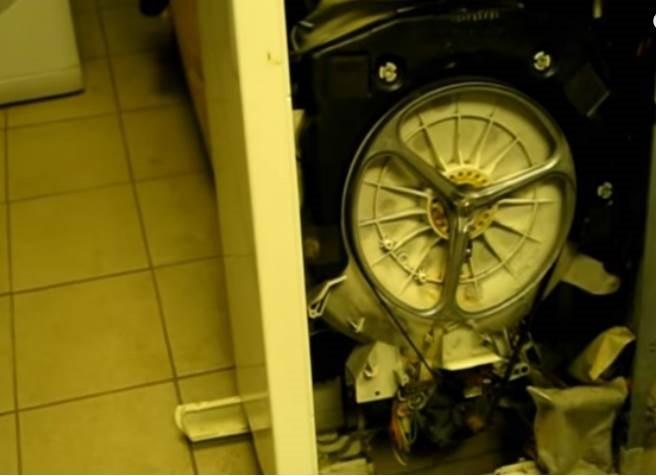 הסר את הקיר הצדדי של מכונת הכביסה
