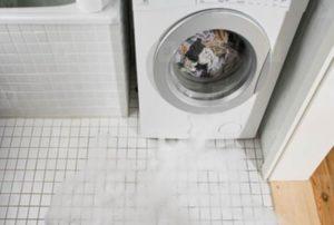 Вратата на пералната машина тече