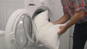 Bagaimana hendak membasuh bantal holofiber di mesin basuh