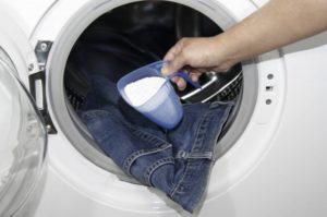 Възможно ли е да излеете прах в барабана на пералня?