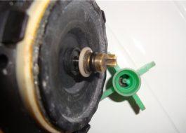 Работното колело на дренажната помпа на пералнята лети