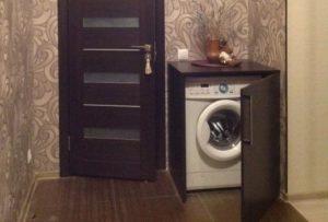 Bagaimana hendak menyembunyikan mesin basuh di lorong?