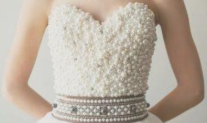 в корсета на роклята има голям брой бижута, които могат да паднат