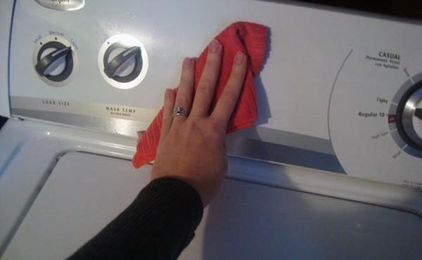 сложете Тирет върху кърпа и избършете пералнята