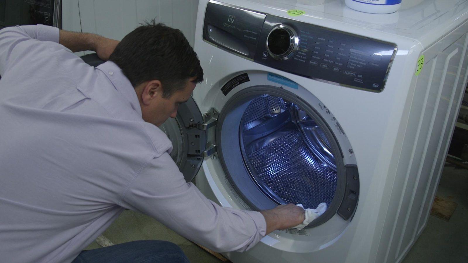 след измиване избършете маншета и барабана на пералната машина с кърпа
