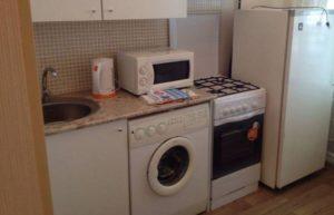 האם אוכל להניח את מכונת הכביסה ליד הכיריים
