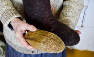 поставете дървените подложки вътре в ботуша от филц