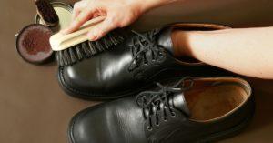 megtisztítunk cipőt krémmel